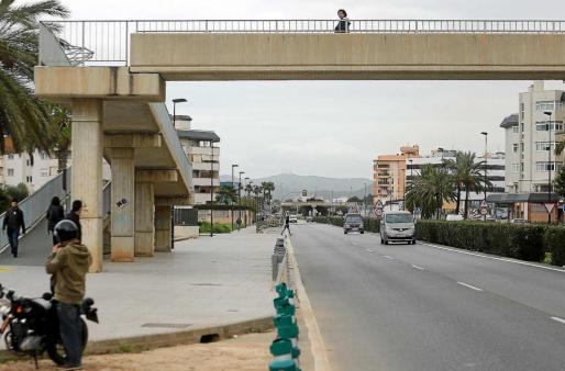 Una joven se dispone a cruzar irregularmente pese a tener a pocos metros una pasarela y un paso de peatones. Foto: TONI ESCOBAR