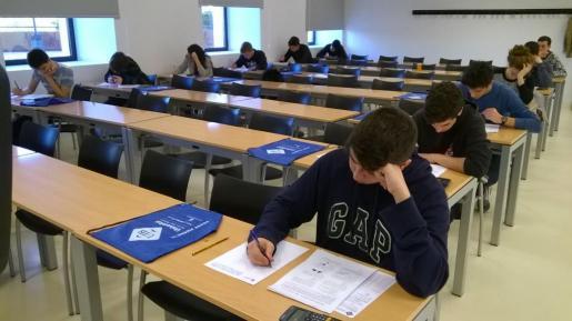 Alumnos de cuatro centros de Ibiza concursan en la Olimpiada de Física de la UIB. Foto: Renato Steinmeyer.