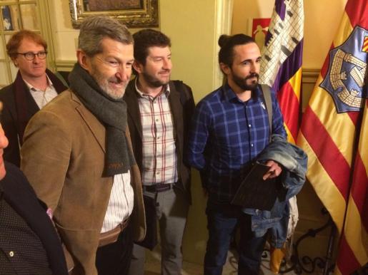 Balti Picornell ha llegado al Parlament acompañado por Alberto Jarabo, líder de Podemos en Baleares, y el exJEMAd Julio Rodríguez.