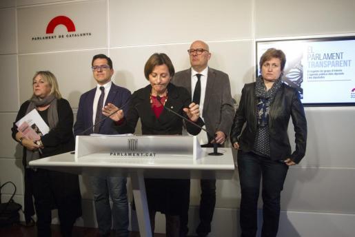 La presidenta del Parlament, Carme Forcadell (c), el vicepresidente primero, Lluís Corominas (2d); el vicepresidente segundo, Jose M.Espejo-Saavedra (2i); la secretaria primera, Anna Simó (d); y la secretaria Ramona Barrufet (i), durante la presentación en rueda de prensa del registro de grupos de interés y la agenda pública de los diputados.