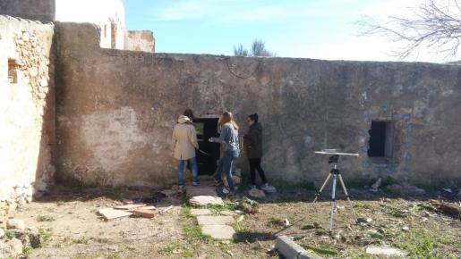 Imagen de las técnicas de la Universitat Politécnica de Valencia estudiando la casa durante el día de ayer. Foto: D. S.