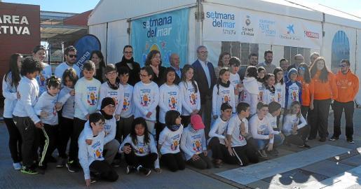 Foto de grupo de los jóvenes marineros con sus monitores, representantes institucionales y patrocinadores, ayer en el Club Náutico de Sant Antoni.