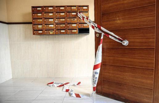 Imagen del precinto policial desplegado en el portal del inmueble de Vila donde fue asesinada Ada Graciela. g Foto: TONI ESCOBAR