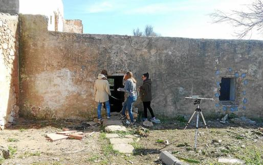 Imagen de las técnicas de la Universitat Politécnica de Valencia estudiando la casa durante el día de ayer. g Foto: D. S.