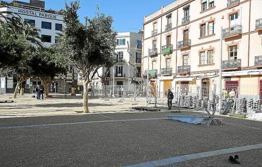 Vista general del nuevo pavimento de la plaza del Parc de Vila.