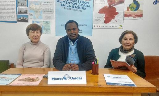 Pepita Ribas Torres, Paulino Joseph Madeje y María Marí 'de sa Cala', ayer en la sede de Manos Unidas, en la calle Pere Francés de Vila.