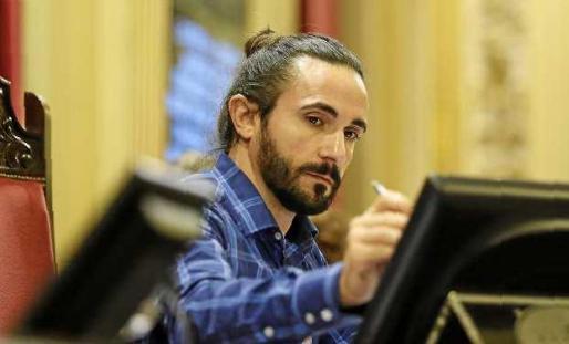 Picornell, después de ser elegido presidente, se familiariza con la pantalla que marca los tiempos de intervención. Foto: TERESA AYUGA