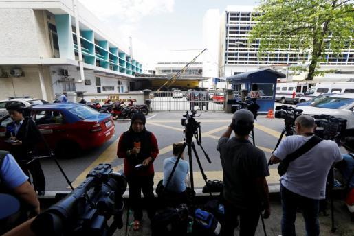 Medios concentrados a las puertas del hospital malayo donde se practicarán exámenes al cuerpo que se cree que es el hermano del dictador norcoreano.