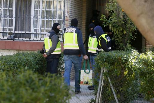 Agentes de la Policía registran la vivienda de la mujer detenida en Alicante por su vinculación con el Dáesh.