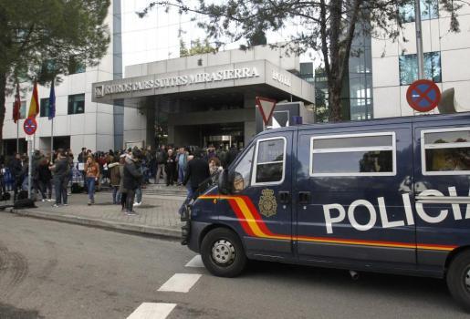 Un furgón policial aparcado a las puertas del Hotel Eurostars Suites Mirasierra (Madrid), en el que se hospeda el exfutbolista argentino Diego Armando Maradona, después de que fuera requerida presencia policial y sanitaria tras recibir un aviso de una «fuerte discusión» entre el exfutbolista y su pareja.