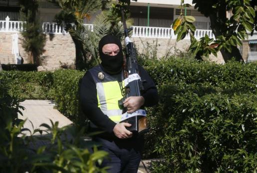 Un subfusil de asalto, dos rifles y dos catanas de hoja afilada son algunos de los efectos incautados por la Policía Nacional en el registro del domicilio de la española de 36 años detenida en Alicante por su presunta vinculación al Dáesh.