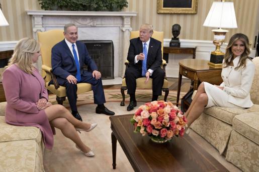 El presidente de EE.UU., Donald J. Trump (c-d), la primera dama de Estados Unidos, Melania Trump (d), el primer ministro israelí, Benjamin Netanyahu (c-i), y su esposa, Sara Netanyahu (i), durante su reunión en el Despacho Oval de la Casa Blanca en Washington.