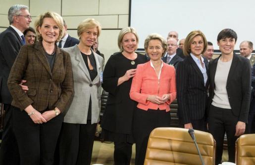 (De i a d) Las ministras de Defensa de Albania, Mimi Kodheli; Italia, Roberta Pinotti; Holanda, Jeanine Hennis-Plasschaert; Alemania, Ursula von der Leyen; España, María Dolores de Cospedal; y Noruega, Ine Marie Eriksen Soreide, sonríen mientras posan para una foto durante la reunión de ministros de Defensa de la OTAN en Bruselas.