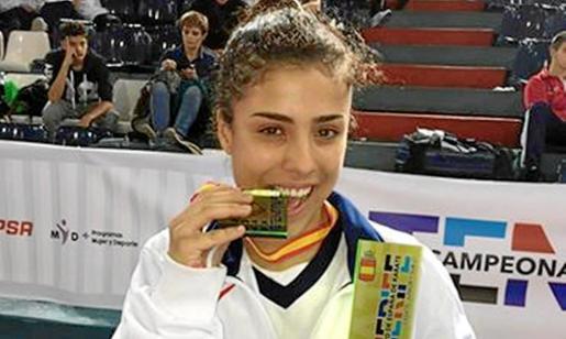 Maite Villacorta posa feliz mordiendo la medalla de oro conseguida el pasado mes de noviembre en el Campeonato de España.