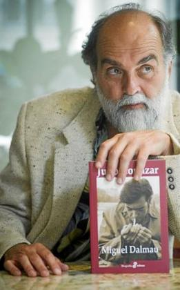 Miguel Dalmau con su biografía de Julio Cortázar.