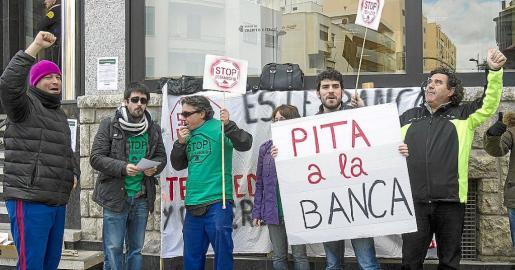 Imagen de una protesta de la PAH realizada ante una entidad bancaria de Ibiza en 2015.