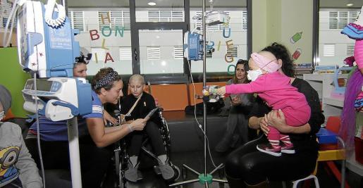 En la Unidad de Oncología Pediátrica ayer se leyó un manifiesto de apoyo a todos los menores con cáncer. g Foto: SON ESPASES
