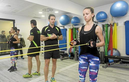 El instructor Joan Marí indica ejercicios a la alumna Lorena Vílchez. Foto: DANIEL ESPINOSA