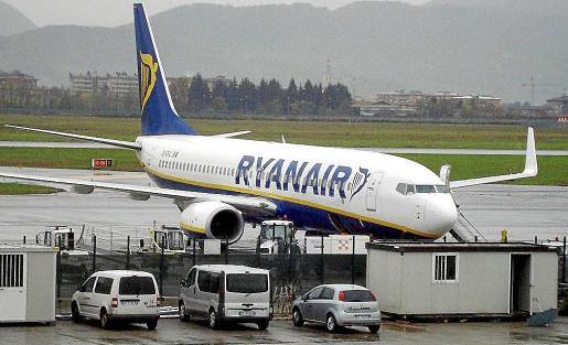 Imagen de un avión de Ryanair en el aeropuerto de Ibiza.