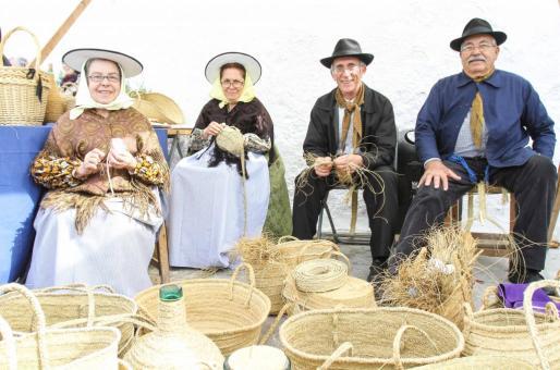 SANTA EULARIA. FERIAS. La Feria Artesanal de Santa Eulària acogió a numerosos visitantes, que disfrutaron de este punto de encuentro entre la ciudadanía y los artesanos.