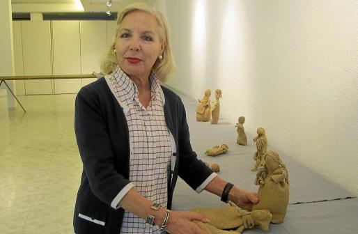 La artista zaragozana Pilar Rubio durante el montaje de la exposición de Santa Eulària.