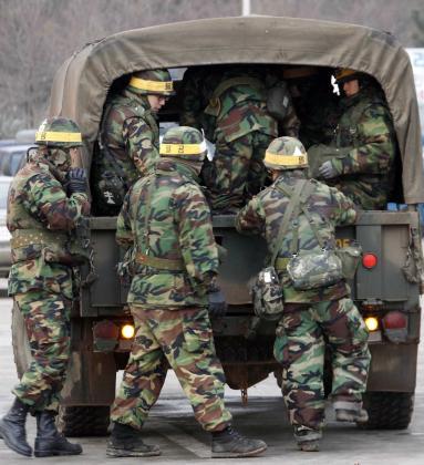 Marinos surcoreanos abordan un camión en la isla de Yeonpyeong, atacada por su vecino del norte en noviembre.