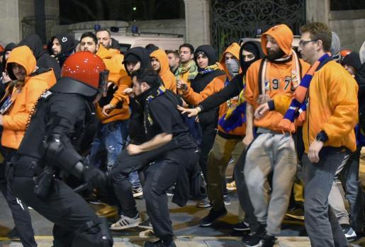 Seguidores del Apoel de Nicosia ante agentes de la Ertzaintza en su camino hacia el estadio de San Mamés.