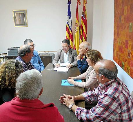 'Agustinet' y Pep Balanzat se reunieron con los vecinos de Cala de Bou.