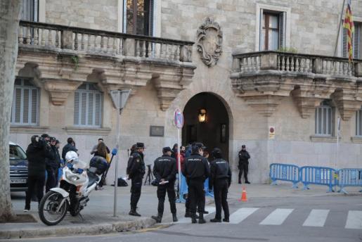 Los periodistas ya están posicionados a las puertas de la Audiencia Provincial de Palma.