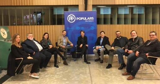 Marga Durán junto al resto de componentes de la junta de Palma del PP.