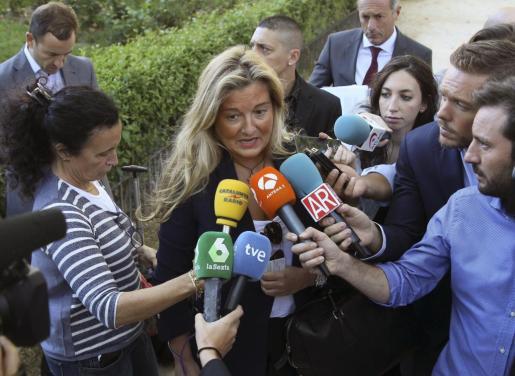 La ya exabogada de Manos Limpias Virginia López Negrete atiende a los medios.