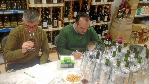 El jurado procede a probar los vinos y encontrar ganador.