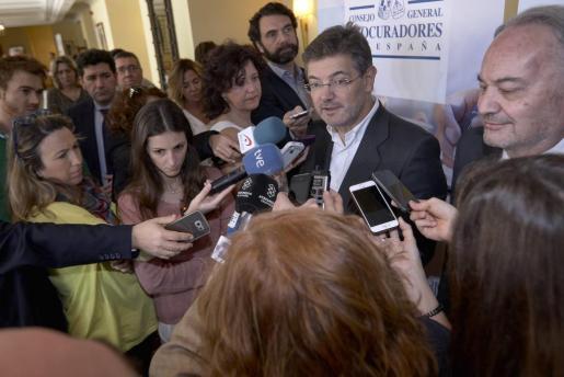 El ministro de Justicia, Rafael Catalá, habla con los medios tras las clausura de las X Jornadas de Juntas de Gobierno del Consejo General de Procuradores de España.