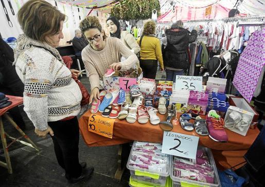Numerosas personas no dejaron pasar ayer la ocasión para encontrar y comprar algo a un precio económico.