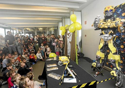 La atracción que más público reunió fue la exhibición que hizo un animador convertido en 'Transformer'.