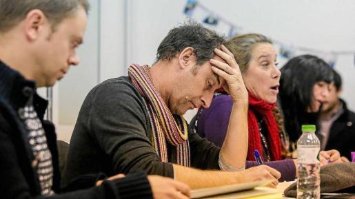 Los consellers de Podemos-Guanyem, durante la asamblea celebrada el viernes. Foto: TONI ESCOBAR