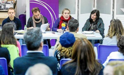 Los consellers de Podem–Guanyem ofreciendo su balance ante la asamblea de la formación morada. Foto: TONI ESCOBAR
