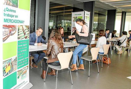 Las empresas realizan entrevistas exprés a los aspirantes. Foto: T. E.