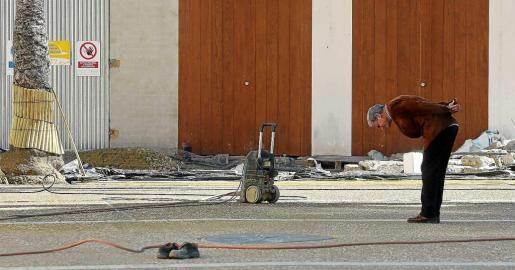 MARTES: Un transeúnte observa el nuevo pavimento que presenta la plaza del Parc de Vila tras los trabajos de reforma. Foto: TONI ESCOBAR