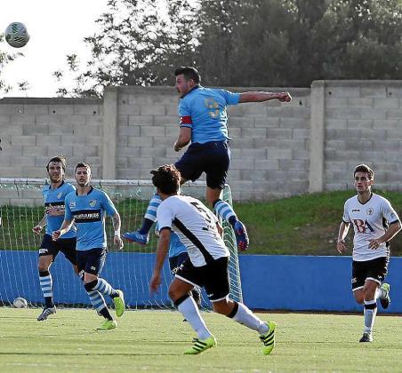 Ramos, autor del gol del Ciudad de Ibiza, cabecea el balón.