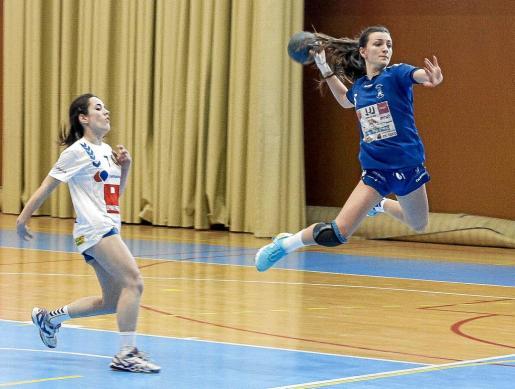 Flor Dumitrescu vuela completamente suspendida en el aire para fusilar la portería rival tras un contragolpe.