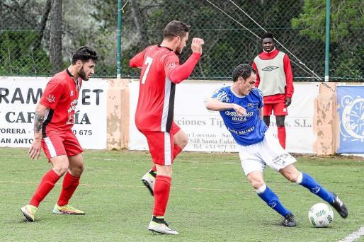 Fofi, presionado por dos jugadores del Collerense, trata de jugar en largo.
