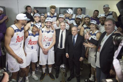 Los jugadores y el cuerpo técnico del Real Madrid, acompañados por el presidente blanco, Florentino Pérez, celebran su victoria en la final de la Copa del Rey.