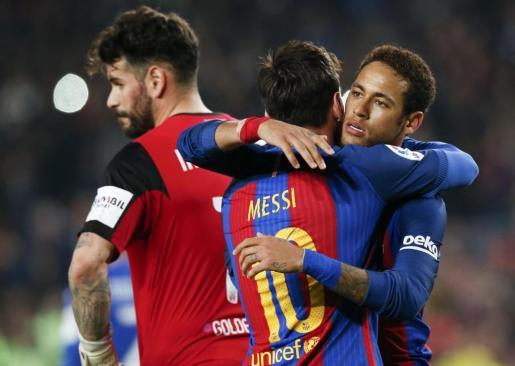 Messi abraza a Neymar tras marcar.