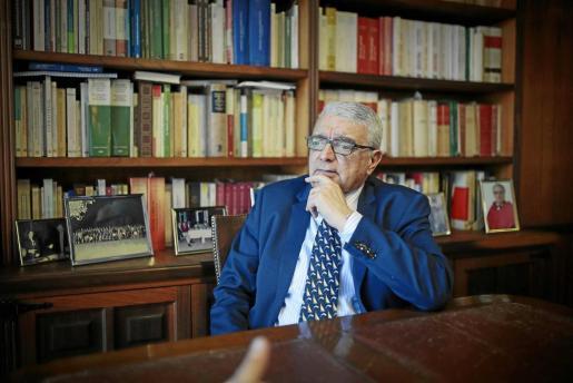 Gabriel Garcías, en su despacho profesional durante la entrevista. FOTO: MIQUEL ÀNGEL CAÑELLAS