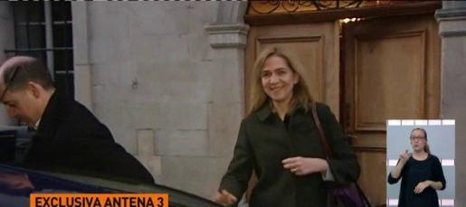 La infanta Cristina, saliendo de su casa en Ginebra, en unas imágenes captadas por Antena 3.