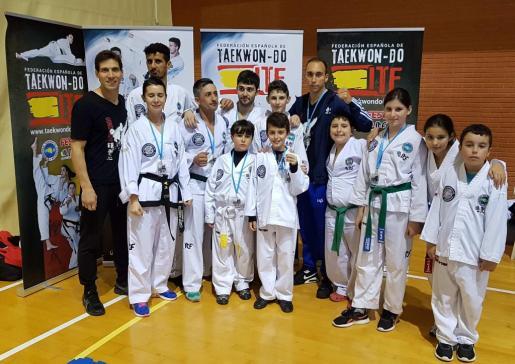 El equipo de Taekwon-Do ITF del Ibiza Fight Center desplazado a Benidorm posa con sus medallas.