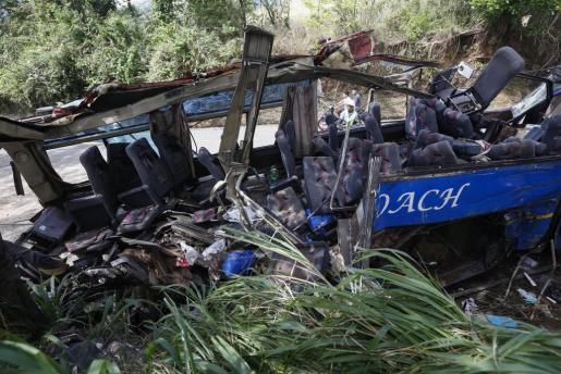 Estado en el que ha quedado un autobús tras estrellarse contra un poste de la luz en Tanay en la provincia de Rizal al noreste de Manila.