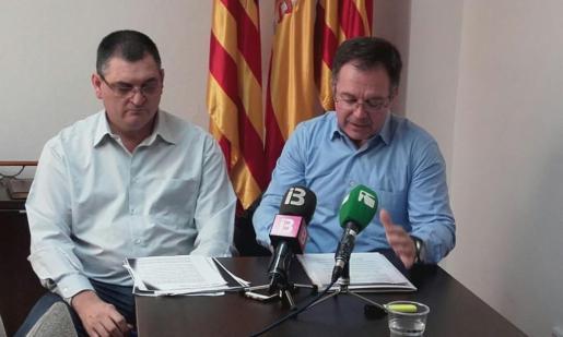 De izquierda a derecha: el regidor de Urbanisme, Ángel Luís Guerrero, y a su lado el alcalde Josep Marí 'Agustinet'. Foto: Periódico de Ibiza.