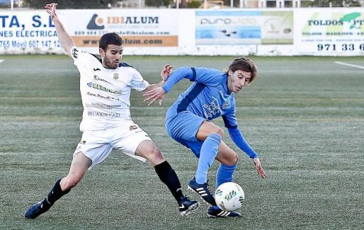 El centrocampista ibicenco Pepe Bernal, fichado recientemente, pelea por el balón con un jugador del Ferriolense durante un partido de esta temporada.
